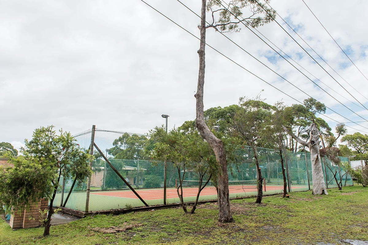 lakeside-cabins-holiday-accommodation-tennis-court