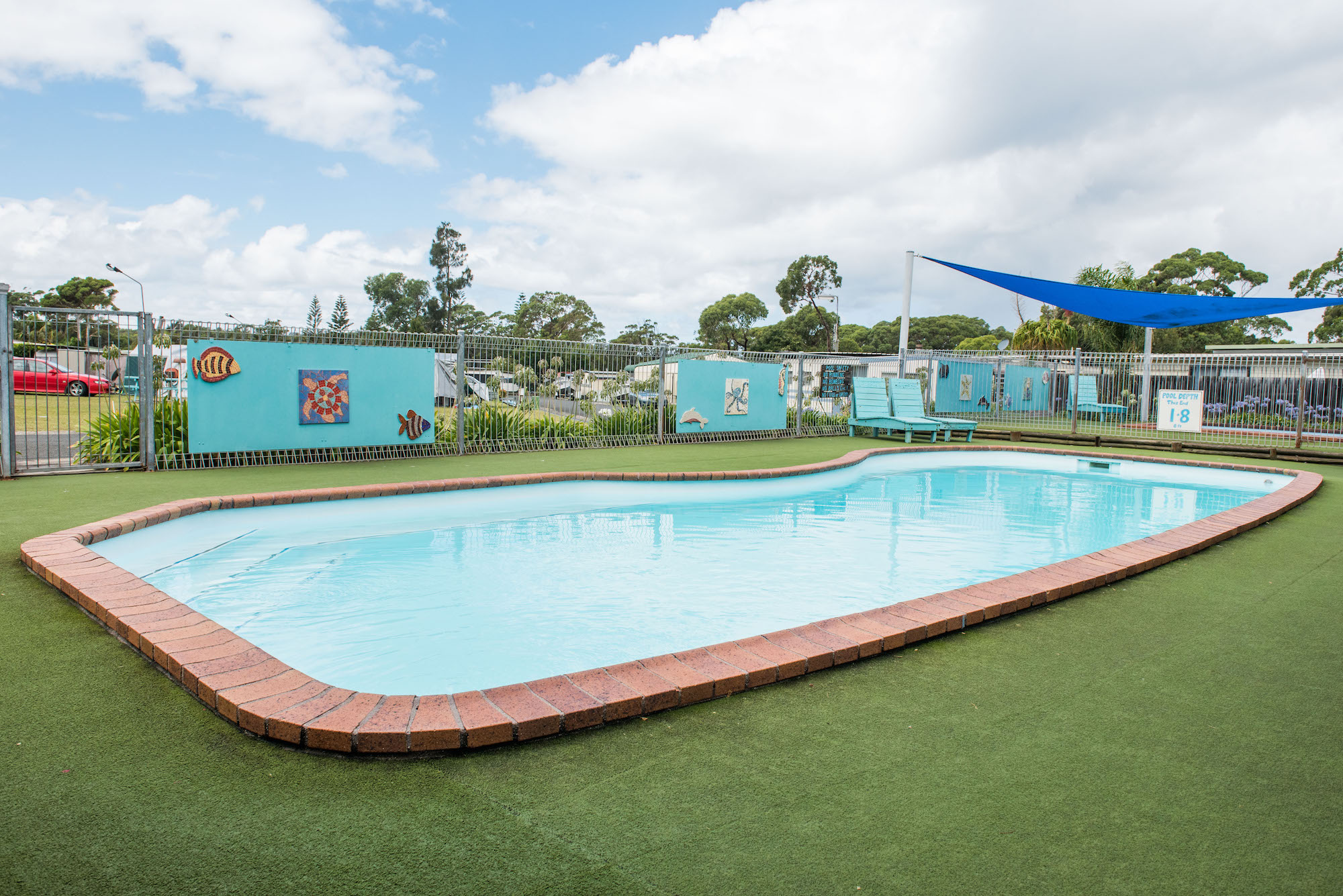 swimming-pool-facilities-cabin-accommodation-swan-lake-nsw-lakeside-cabins