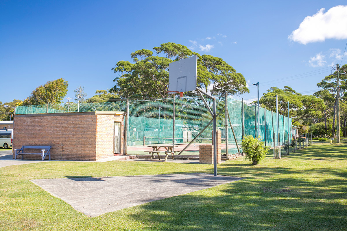 holiday-park-swan-lake-south-coast-nsw-tennis-court